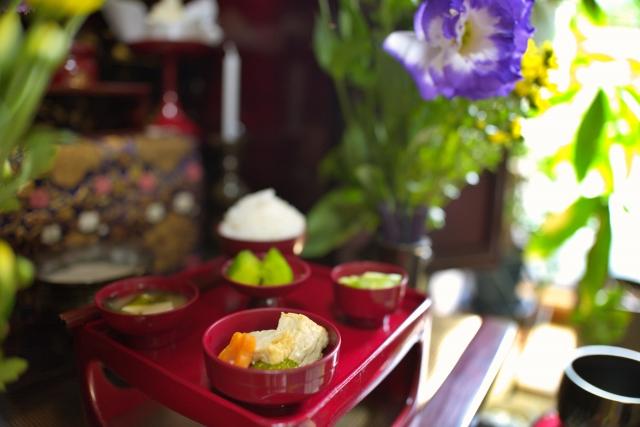 仏前に供えられた仏飯と供花