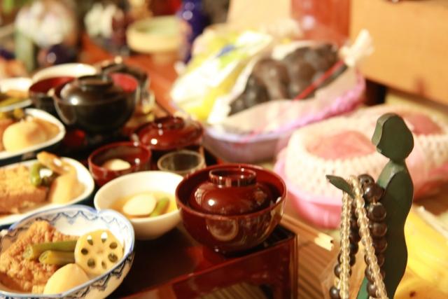 仏前に供えられた仏飯や果物