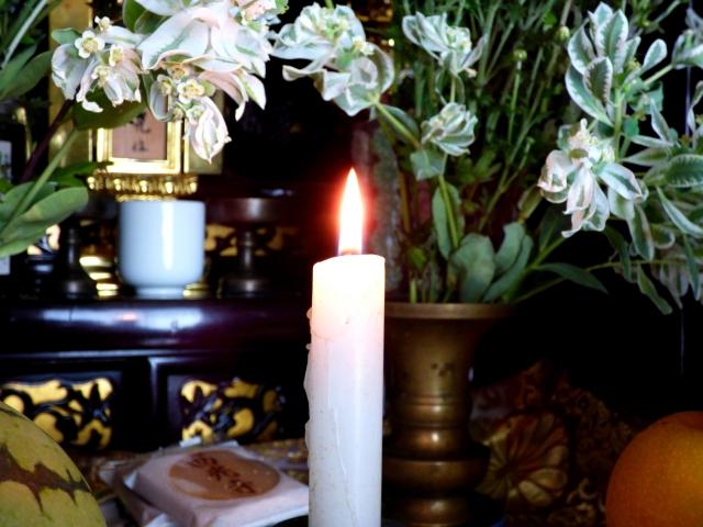 仏壇にともされた蠟燭