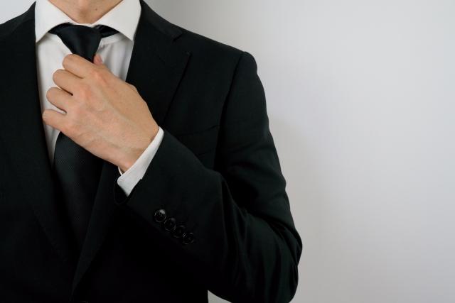 ネクタイを治す男性